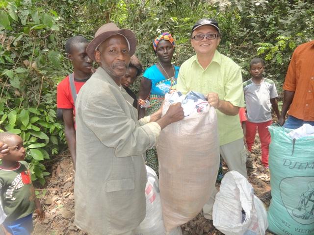 Doação de roupas a população da aldeia de Camuconde