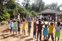 Crianças da ED de Camuconde no momento de diversão - Fev 2013 - Foto JVTO