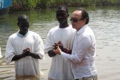 Pr.José Valberto batizando na aldeia de Camuconde - 05 de Abril de 2015